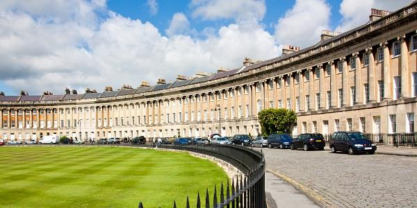 Exploring Royal Crescent, one of the most beautiful and famous streets in Bath